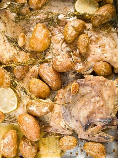 Печен калкан с картофи и сметана на фурна - снимка на рецептата